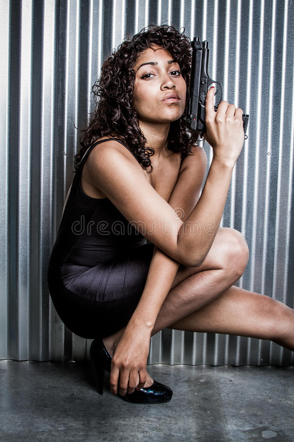 Härlig kvinnlig spion royaltyfria bilder
