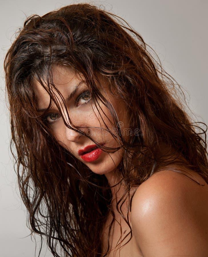 Härlig kvinnlig stående med länge vått hår, studioskott Äkta naturlig rödhårig man som ser direkt till kameran efter en dusch royaltyfria bilder