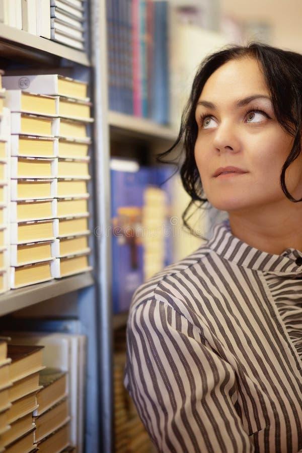 Härlig kvinnlig student In ett universitetarkiv royaltyfria bilder