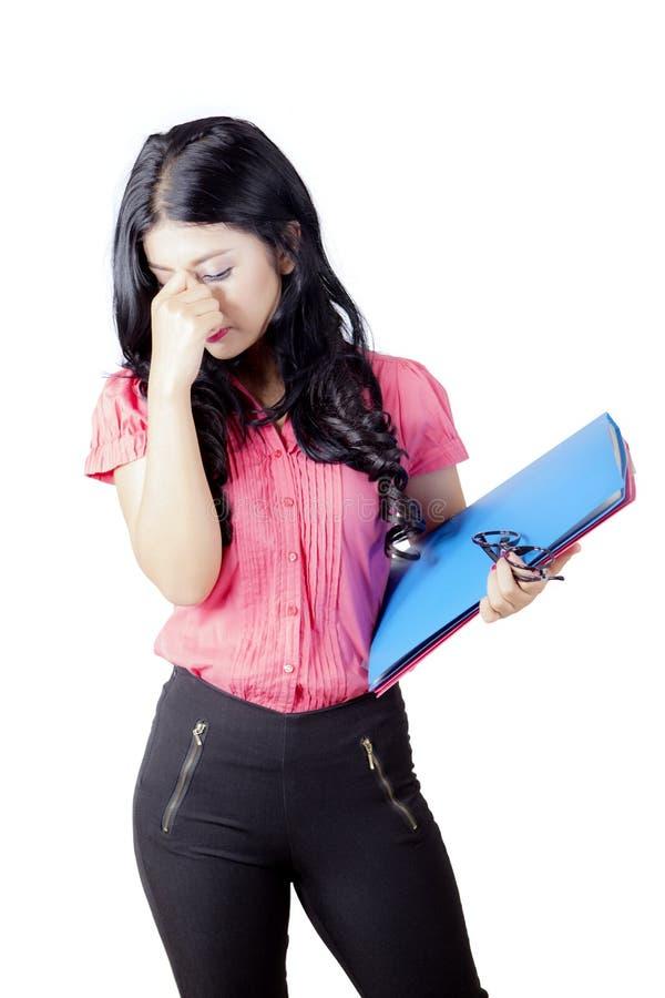 Härlig kvinnlig student som har huvudvärk arkivfoto