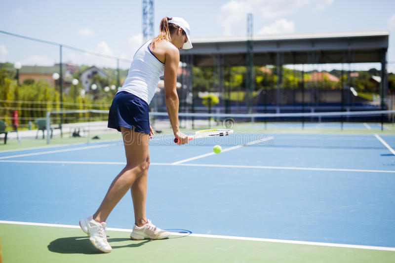 Härlig kvinnlig tennisspelareportion arkivbilder