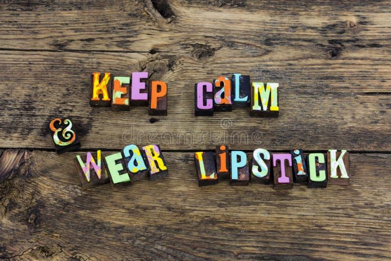 Härlig kvinnlig typografi för lugna kläderläppstift arkivfoto