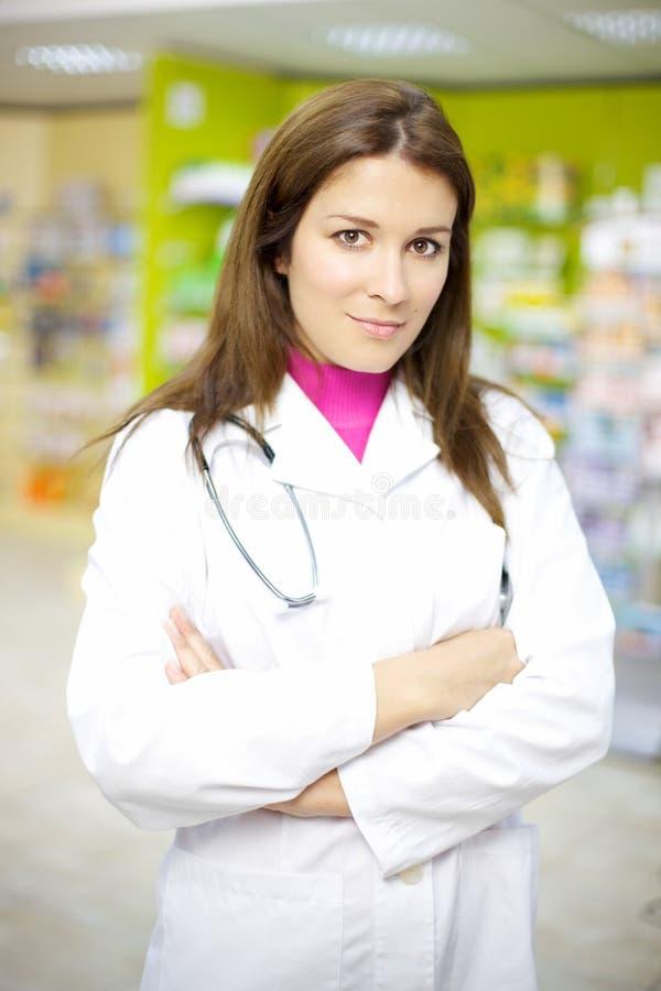 Härlig kvinnligdoktor som fungerar i apotek royaltyfri fotografi