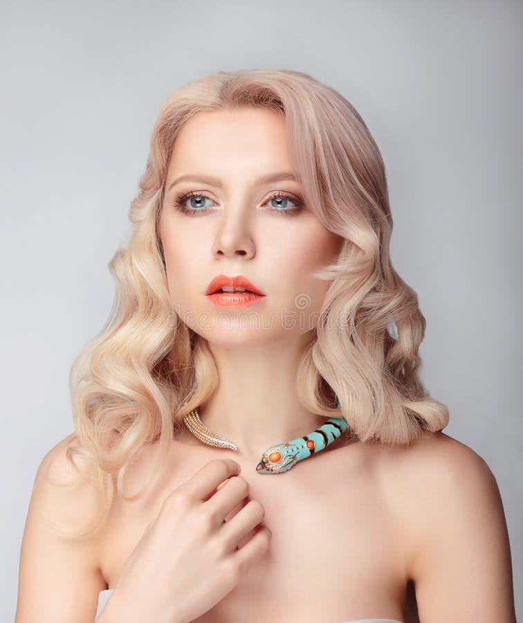 härlig kvinnligmodellstående royaltyfri foto