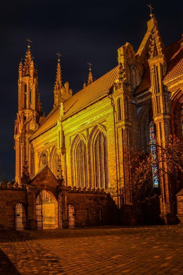 Härlig kyrka av St Anne i Vilnius, Litauen, på natten arkivfoto