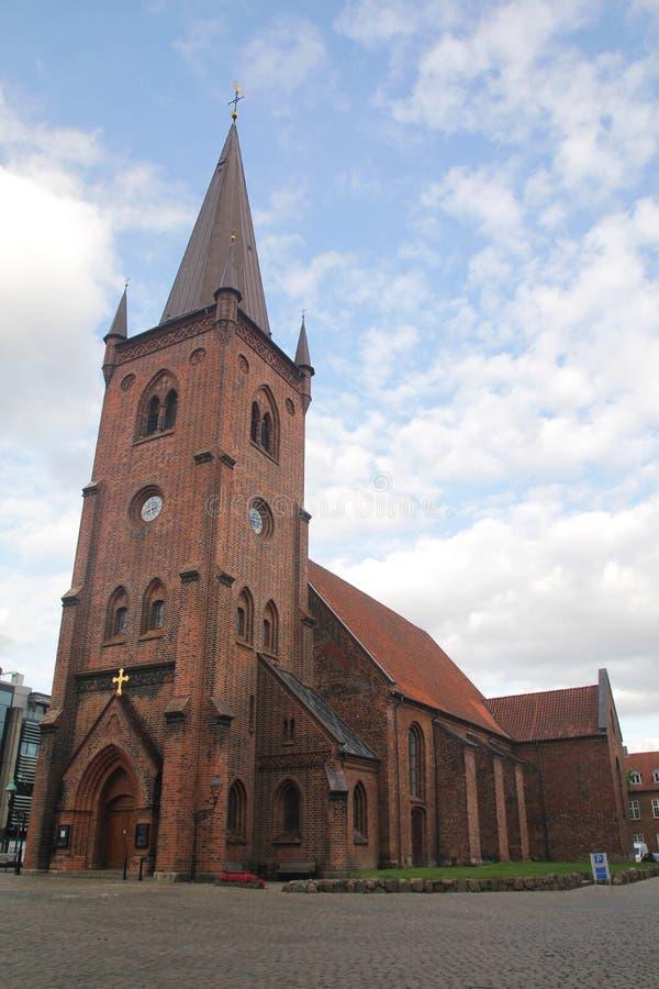 Härlig kyrka i morgonen med blå himmel och molnet arkivfoton