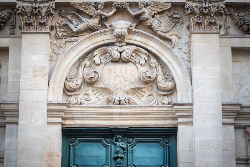 Härlig kyrklig ingång med skulpturer av änglar arkivbilder