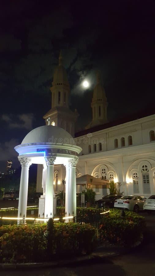 Härlig kyrklig värma sig oavkortad måne royaltyfri fotografi
