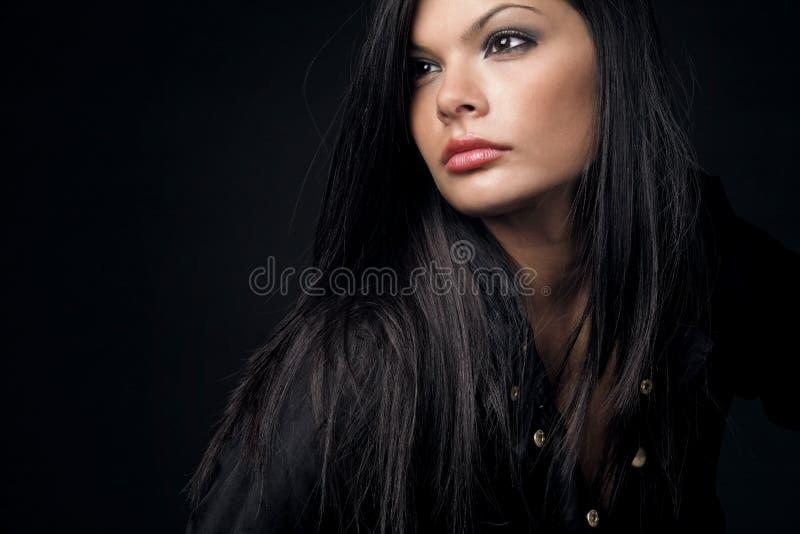 härlig lång kvinna för mörkt hår arkivbild