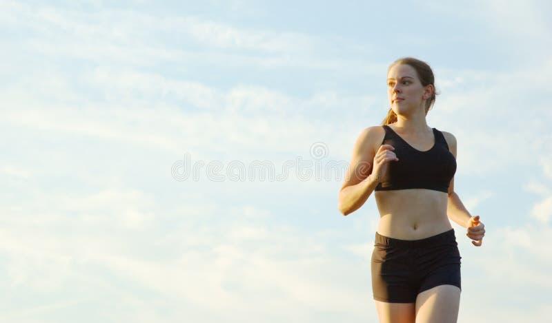 härlig löparekvinna arkivfoto