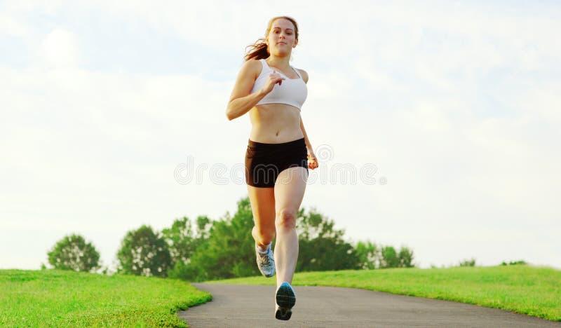 härlig löparekvinna royaltyfri bild