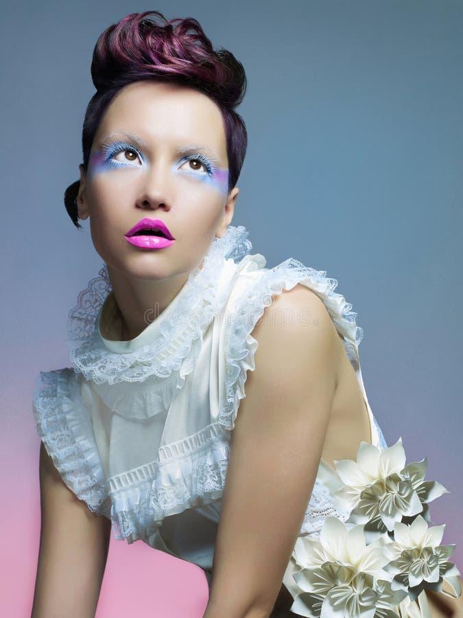 Härlig lady i vitklänning fotografering för bildbyråer