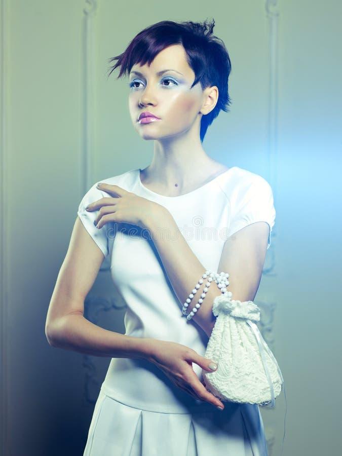 Härlig lady i vitklänning royaltyfri fotografi