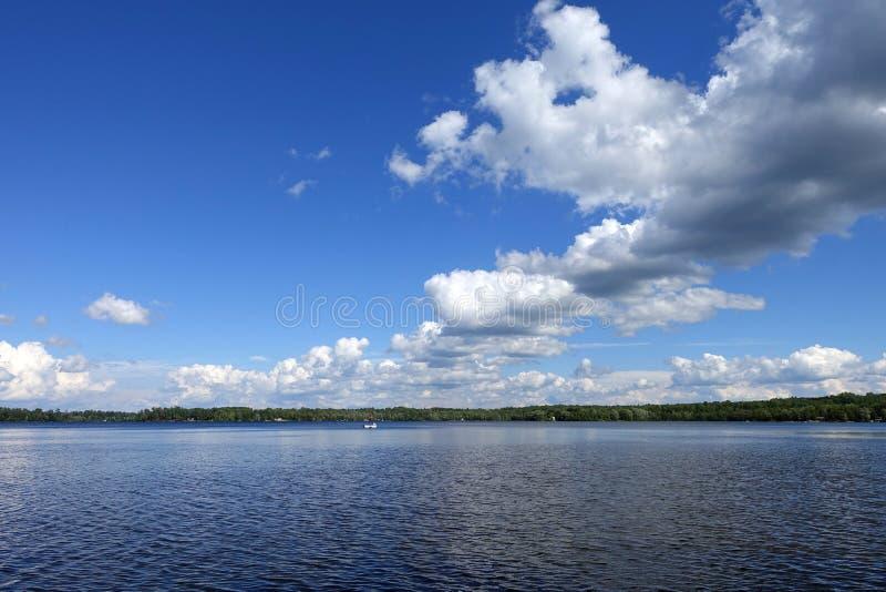 Härlig lakefront - guld- sjö fotografering för bildbyråer