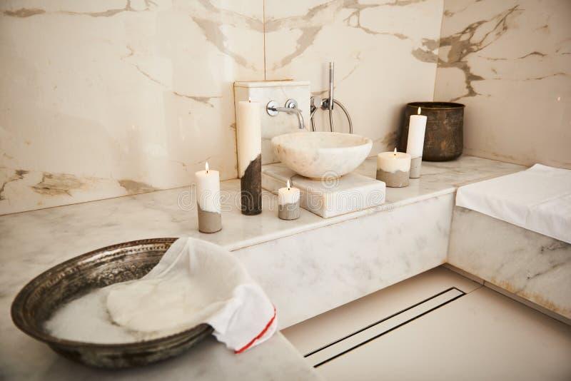 Härlig lakonisk inre av det turkiska badet exponerat av stearinljus royaltyfri foto