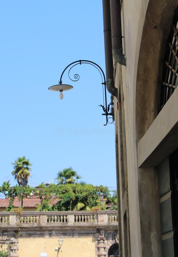 Härlig lampa av Lucca, Italien royaltyfri fotografi