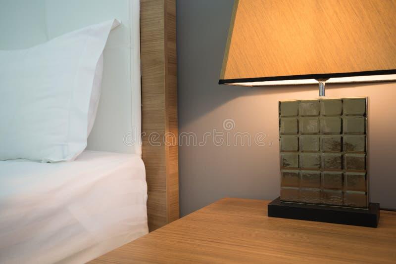 Härlig lampa i sovrum arkivbild