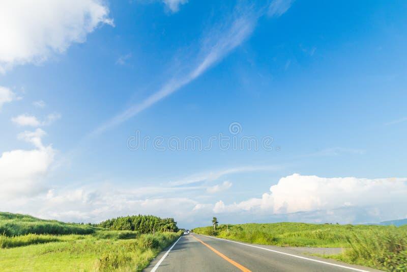 Härlig landskapbergsikt och en landsväg i vår arkivbilder