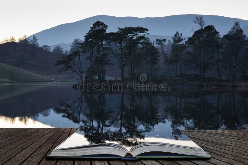 Härlig landskapbild av Tarn Hows i sjöområde under härlig Autumn Fall aftonsolnedgång med vibrerande färger och fortfarande arkivbilder