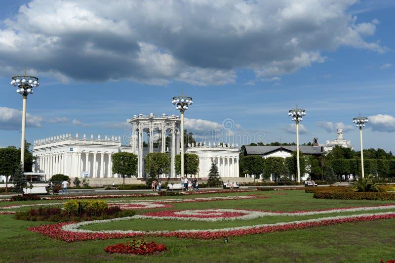 """Härlig landskapdesign på bakgrunden av paviljongâ""""– 66' kultur 'på utställningen av ekonomiska prestationer i Moskva royaltyfria foton"""