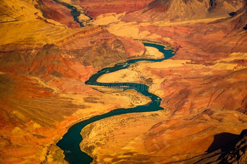 Härlig landskapsikt av den krökta Coloradofloden i Grand Canyon arkivfoton