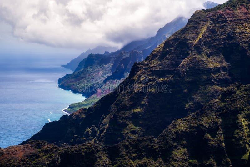 Härlig landskapsikt av kustlinjen för Na Pali i dramatisk stil, royaltyfria foton