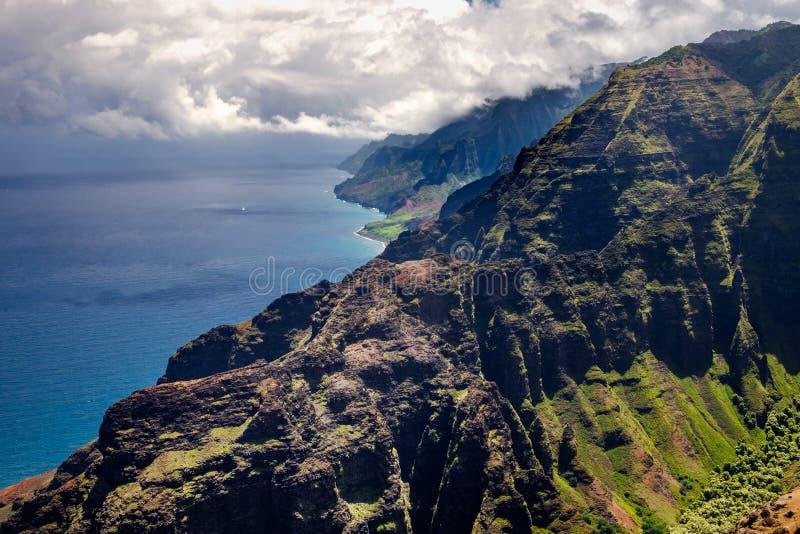 Härlig landskapsikt av kustlinjen för Na Pali i dramatisk stil, royaltyfri foto