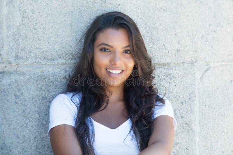 Härlig latin - amerikansk kvinna med långt hår royaltyfri foto