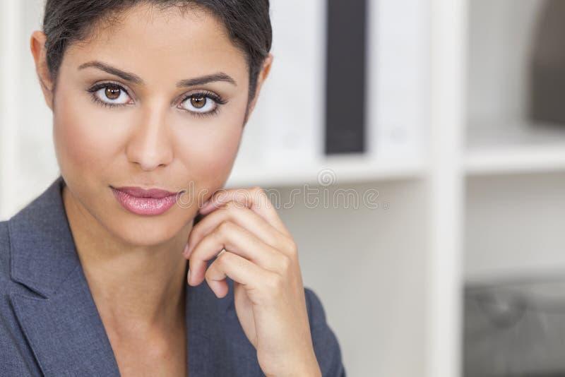 Härlig Latina latinamerikansk kvinnaaffärskvinna arkivfoto