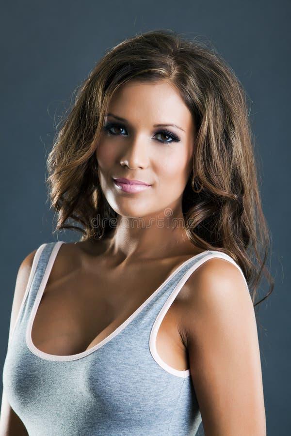 Härlig latinamerikansk flickaheadshot royaltyfri bild