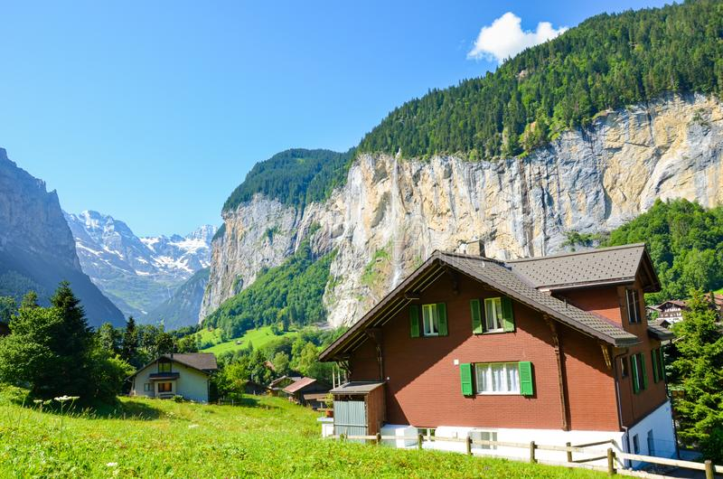 Härlig Lauterbrunnen by med berömda Staubbach nedgångar i bakgrund En av viktiga turist- dragningar i Schweiz royaltyfria foton