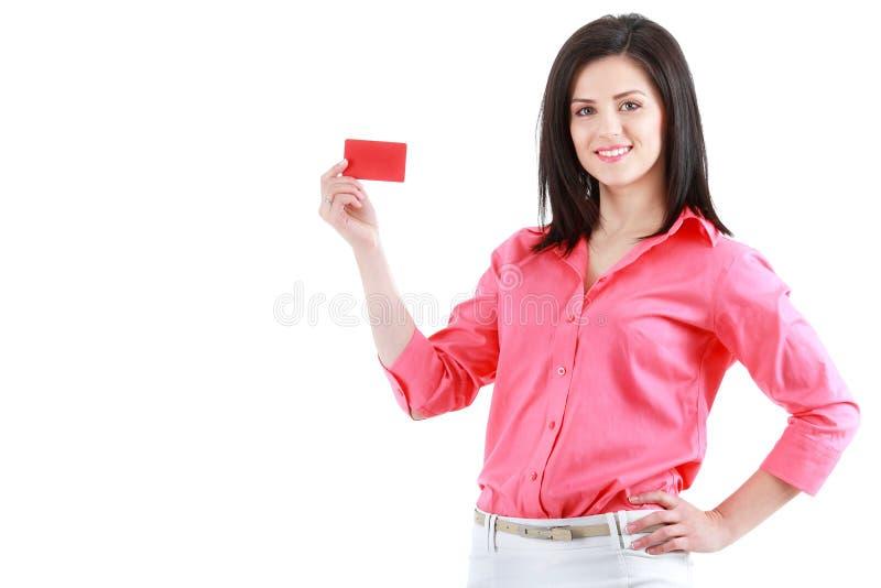 Härlig le affärskvinna som visar det röda kortet i hand arkivfoto