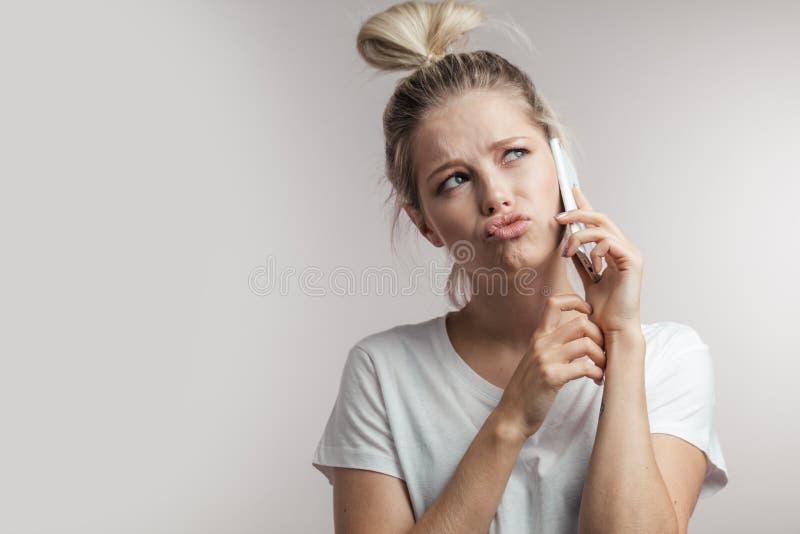 Härlig le blond kvinna som talar vid cellmobiltelefonen closeup royaltyfri foto