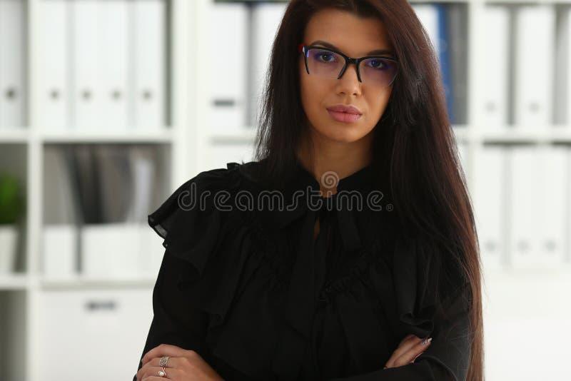 Härlig le brunettkvinna i regeringsställning fotografering för bildbyråer