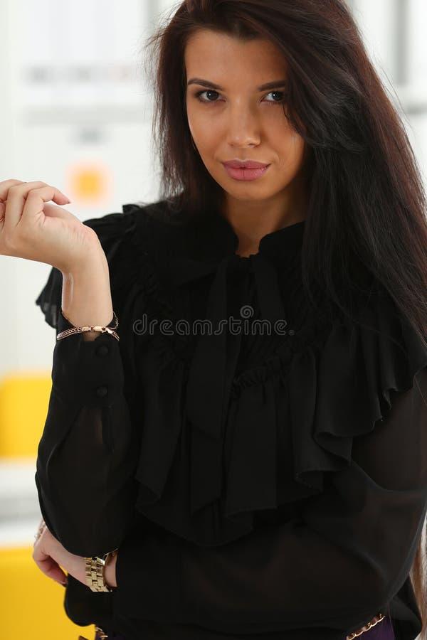 Härlig le brunettkvinna i regeringsställning royaltyfria bilder