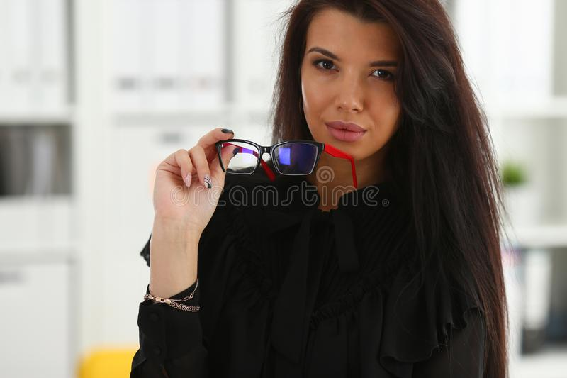 Härlig le brunettkvinna i regeringsställning arkivbild
