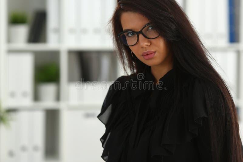 Härlig le brunettkvinna i regeringsställning arkivfoto