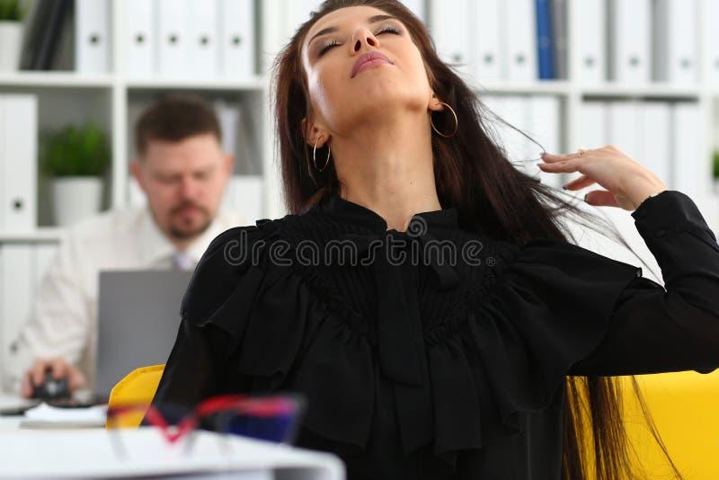 Härlig le brunettkvinna i regeringsställning som tidying hår arkivfoton