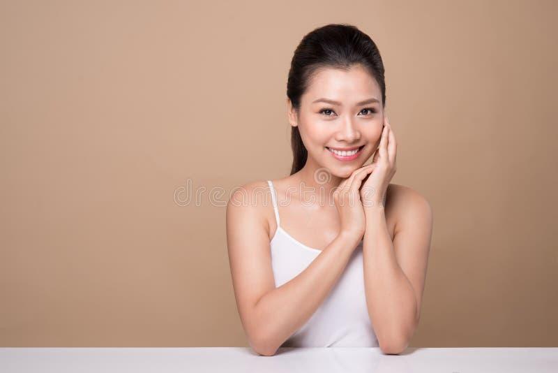 Härlig le flicka Ansikts- behandling Ung asiatisk kvinna med ren perf royaltyfria bilder