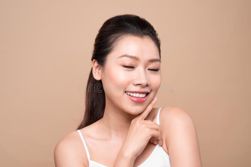 Härlig le flicka Ansikts- behandling Ung asiatisk kvinna med ren perf royaltyfri fotografi