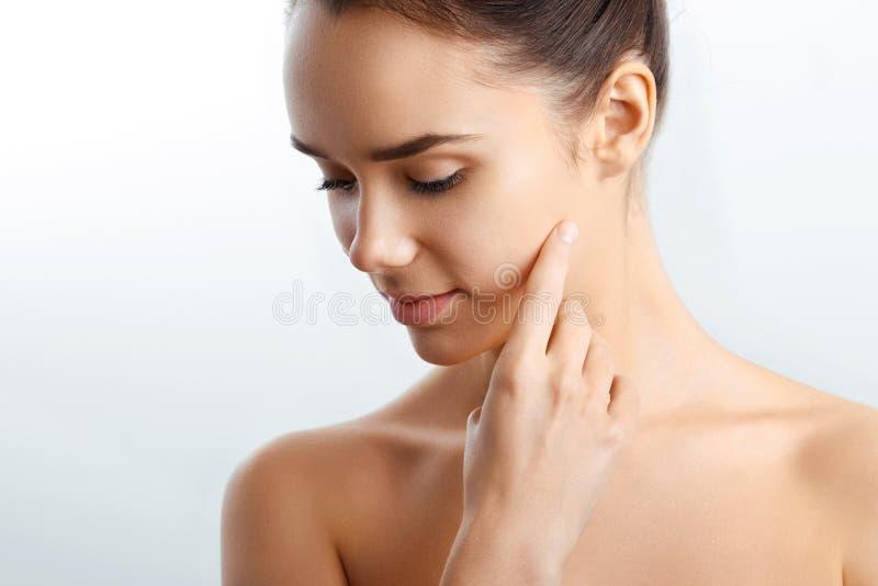Härlig le flicka Härlig kvinna med naturlig makeup Closeupstående av modellGirl With Healthy slät ansikts- hud fotografering för bildbyråer