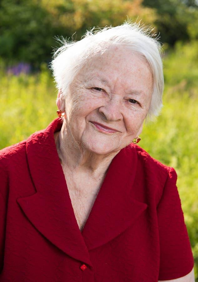 Härlig le gammal kvinna royaltyfria foton