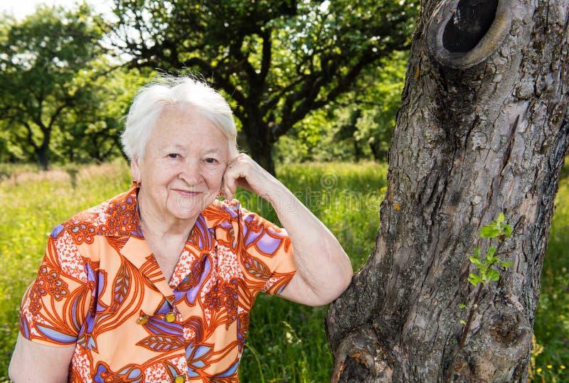 Härlig le gammal kvinna royaltyfri fotografi
