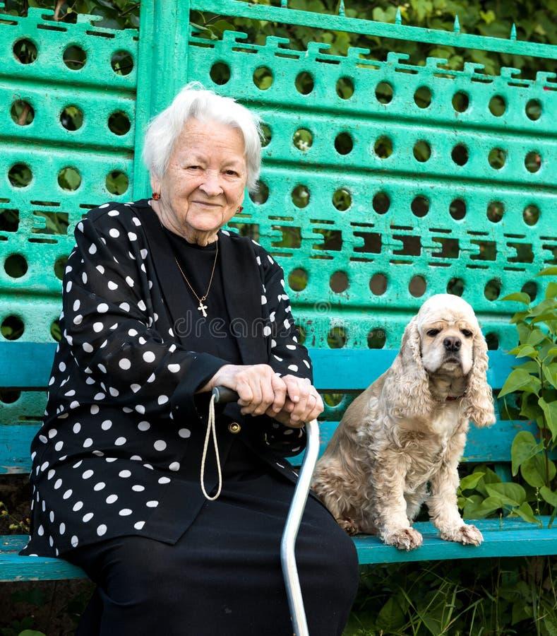 Härlig le gammal kvinna royaltyfri bild