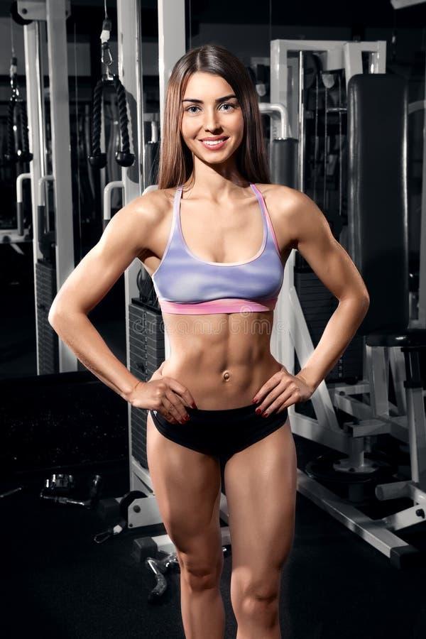 Härlig le idrotts- kvinna på idrottshallen arkivfoton