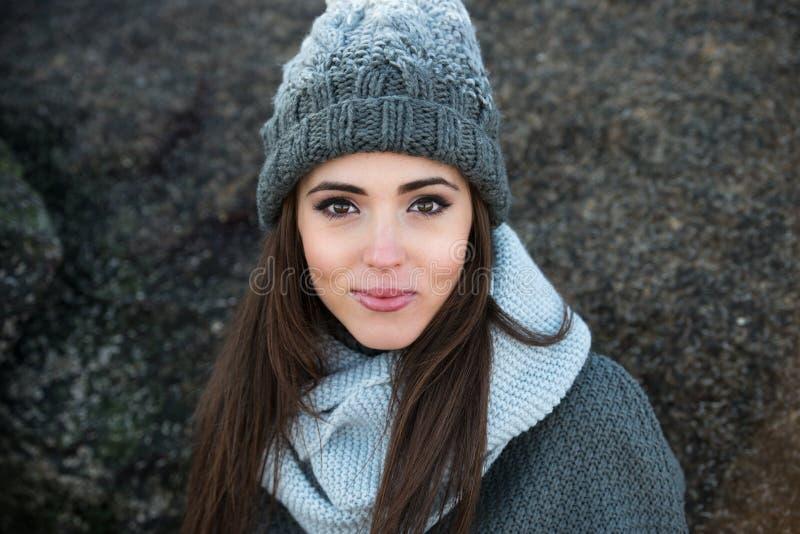 Härlig le kläder och hatt för vinter för kvinna bärande varm royaltyfri foto
