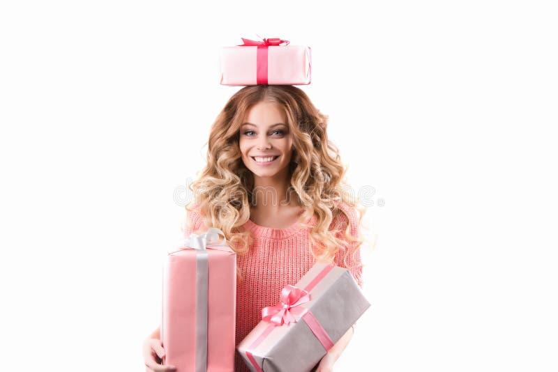 Härlig le kvinna med hållande gåvor för lockigt hår royaltyfria bilder