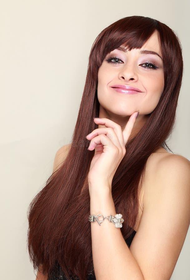 Härlig le kvinna med långt hår royaltyfri foto