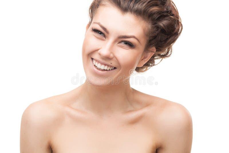 Härlig le kvinna med lockigt hår arkivfoton