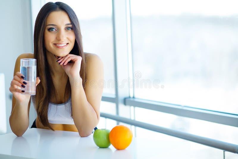 Härlig le kvinna som tar vitaminpreventivpilleren Dietary supplement royaltyfri fotografi